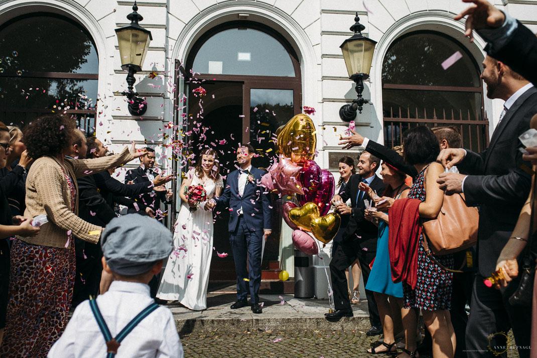 Auszug bei einer Hochzeit im Standesamt Altona mit Konfetti-Regen // Foto: Anne Hufnagl - Hochzeitsfotografin