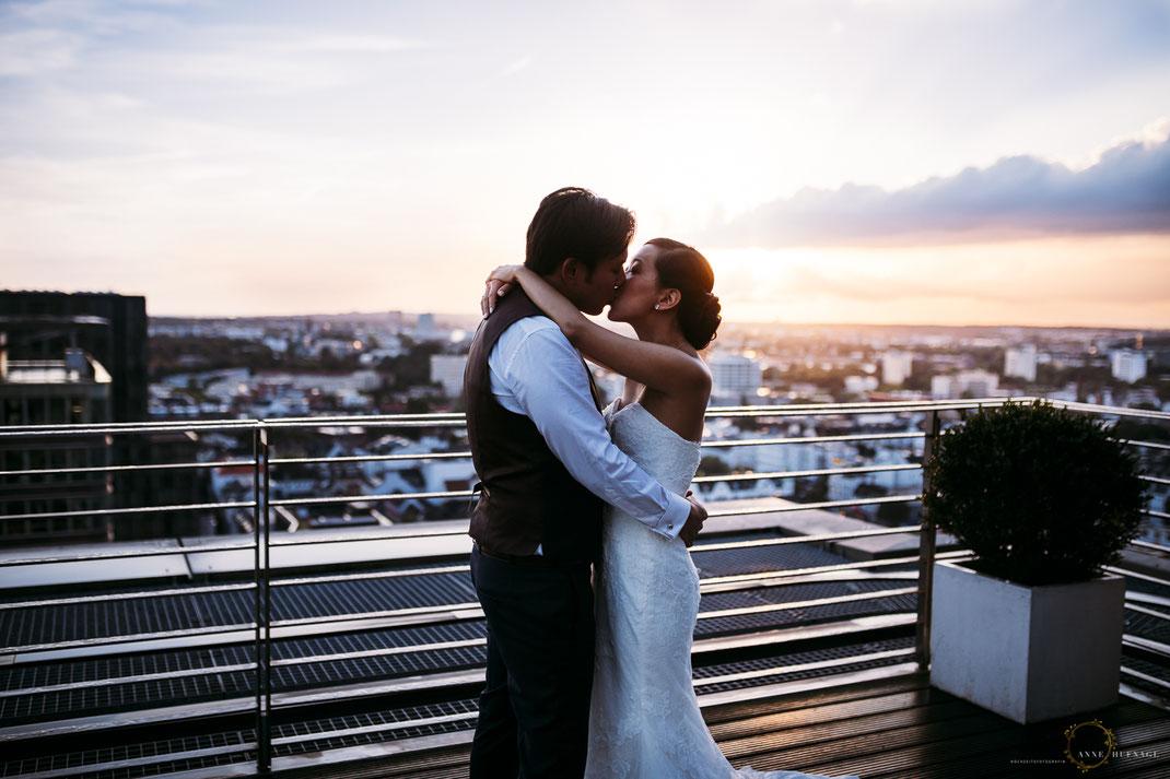 Hochzeitspaar bei einer Hochzeitsfeier im Elbpanorama Penthouse über den Dächern Hamburgs