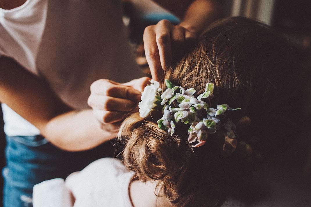 Brautfrisur mit echten Blumen