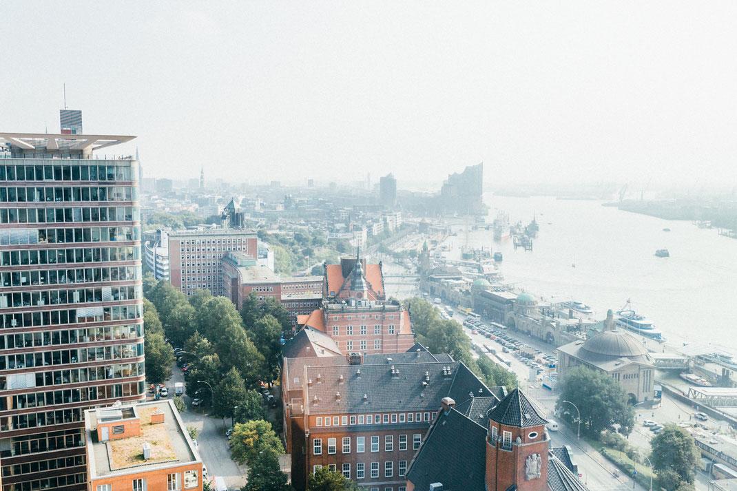 Ausblick aus dem Hotelzimmer über die Landungsbrücken bis zur Elbphilharmonie