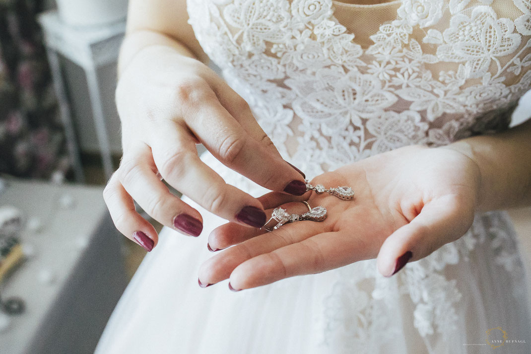 Foto von den Ohrringen der Braut