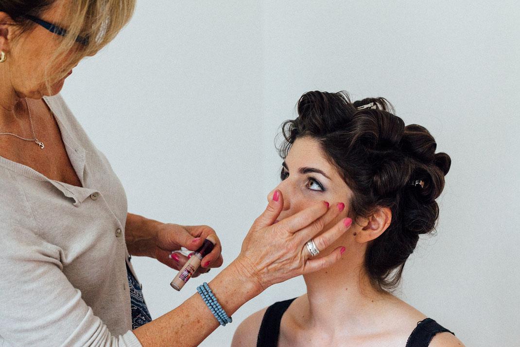 Visagistin für Braut-Make-up bei der Arbeit