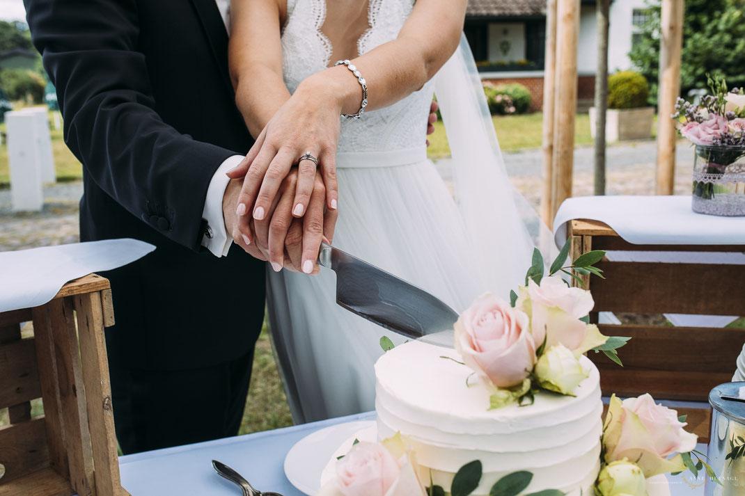 Foto Tortenanschnitt / Hochzeitsfotografin Anne Hufnagl auf Rittergut Valenbrook