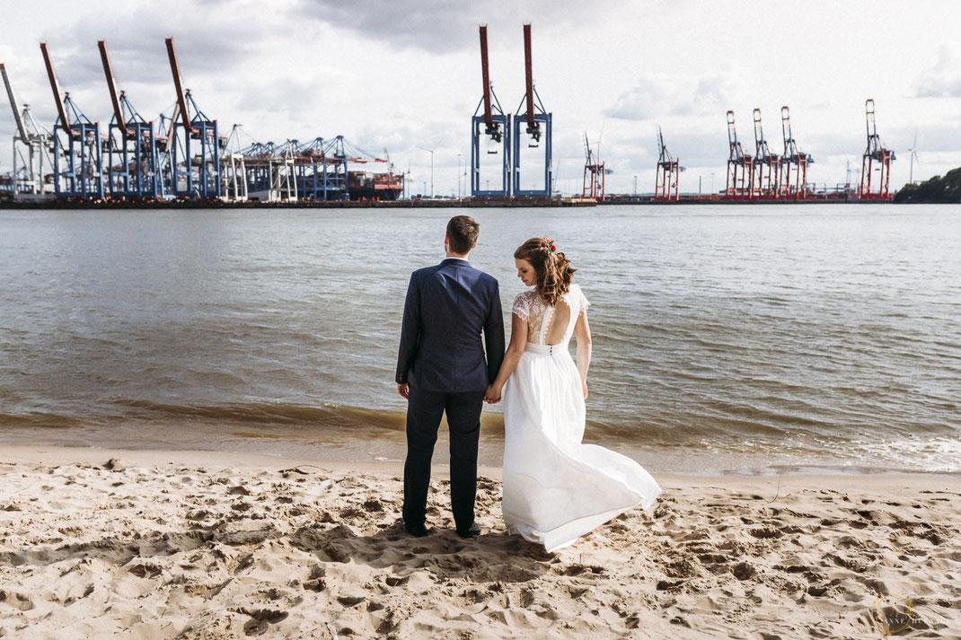 Paarfotos Elbstrand Hochzeit // Fotografin: Anne Hufnagl // Kontakt: www.romanticshoots.de