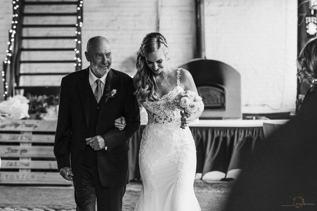 Braut geht mit Brautvater zur Trauung. / Hochzeitsfotografin: Anne Hufnagl