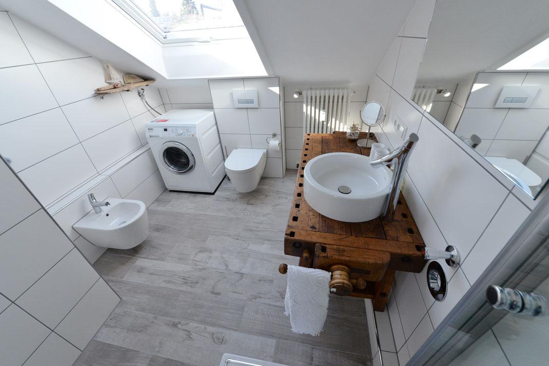 Ein Bad mit allem Komfort und eine Designer- Hobelbank als Waschtisch...