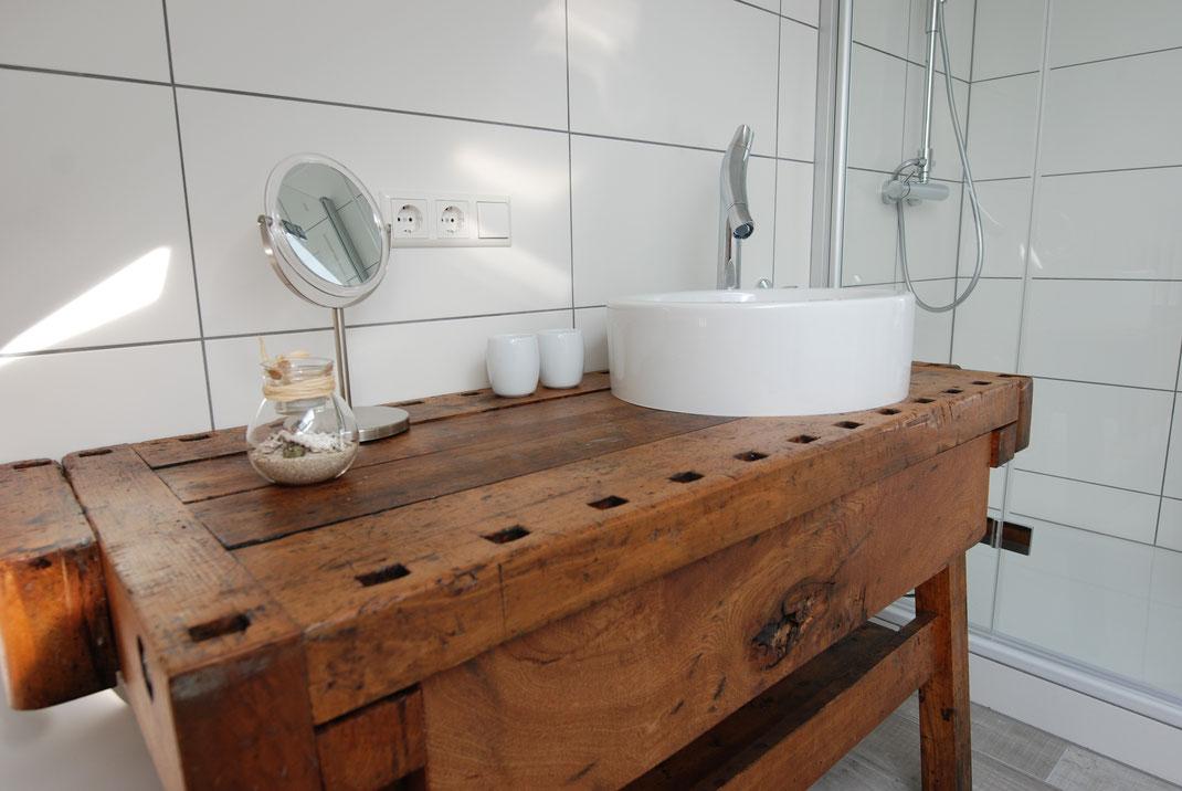 Eine antike Hobelbank wurde zum Waschtisch... Mit ausziehbarer, großer Schublade für Föhn und Kosmetika