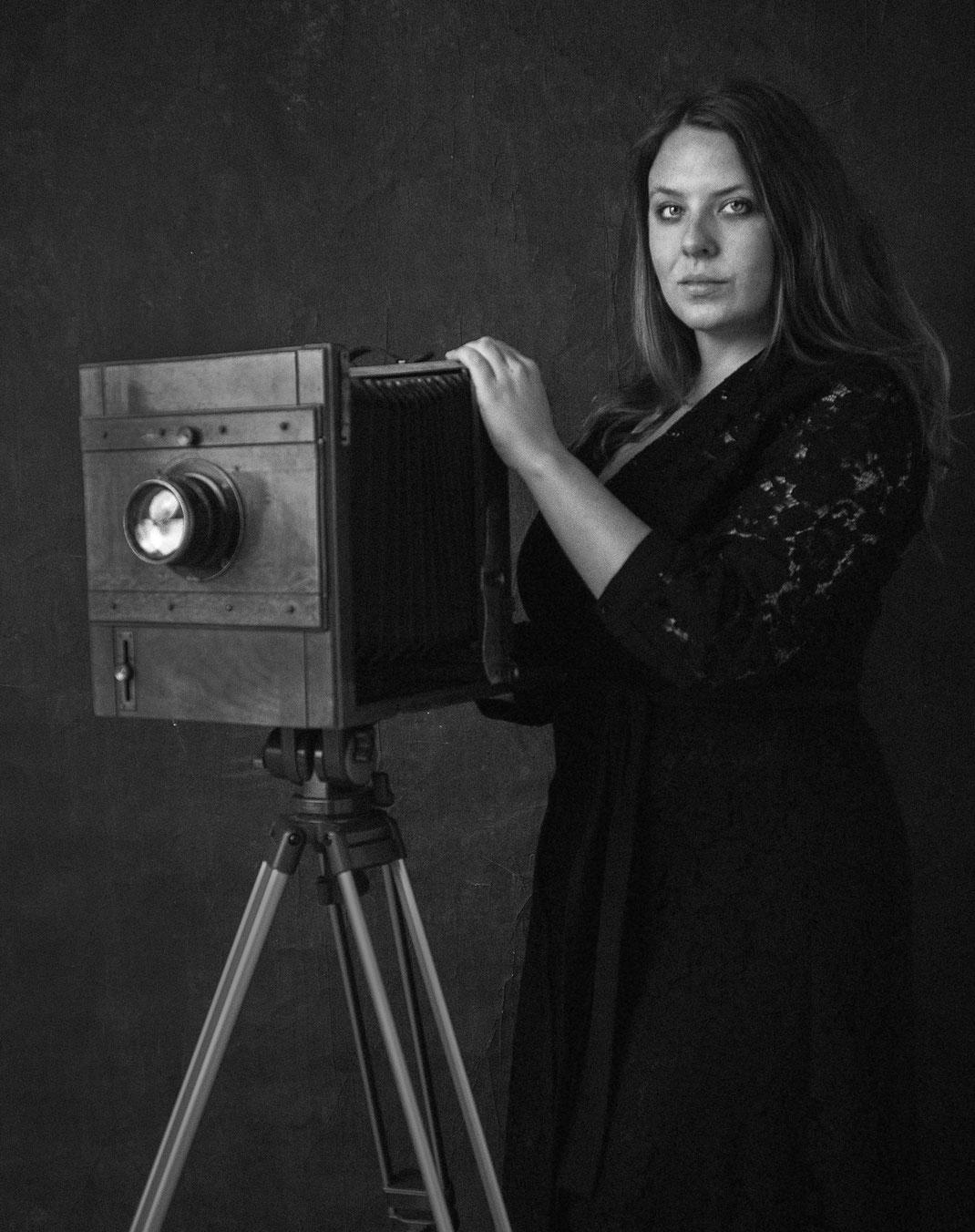 Anniek Mol zelfportret in de fotostudio met oude vintage camera