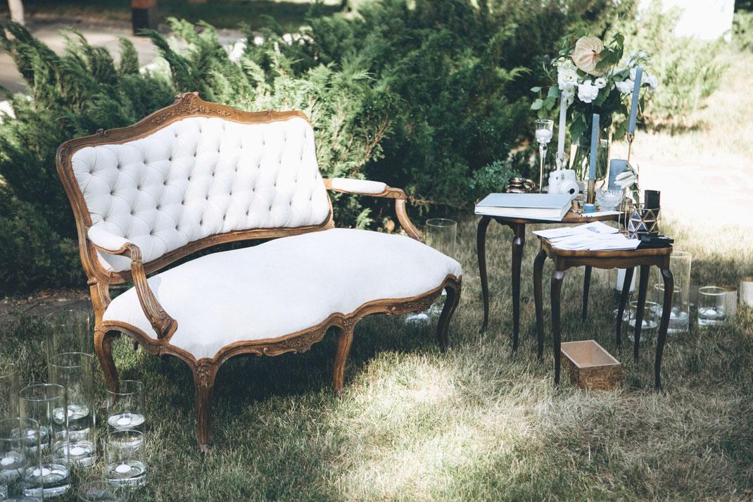 Eine Couch ist der perfekte Trauplatz für ein Brautpaar bei seiner freien Trauung in der Pfalz, Baden oder Hessen.