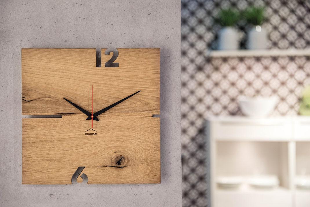 Holz Wanduhr modern Wohnzimmer Südtirol