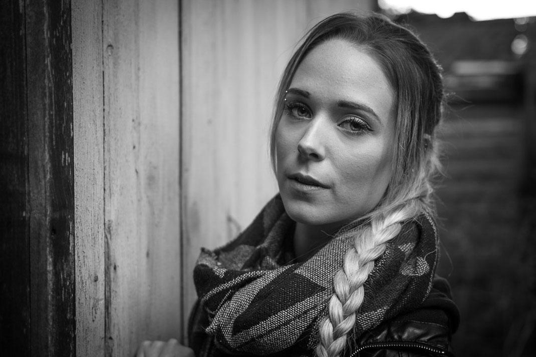 Portrait einer jungen blonden Frau mit einen fesselnden Blick