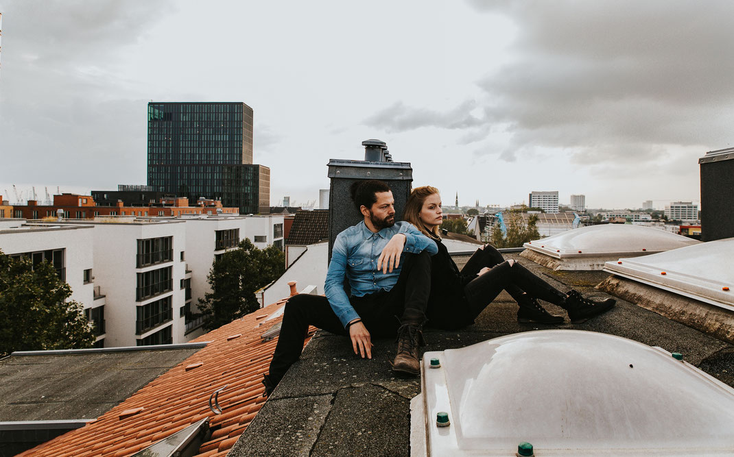 Maischa Erkan Schauspieler aus Hamburg - Paarshooting auf einem Dach 3