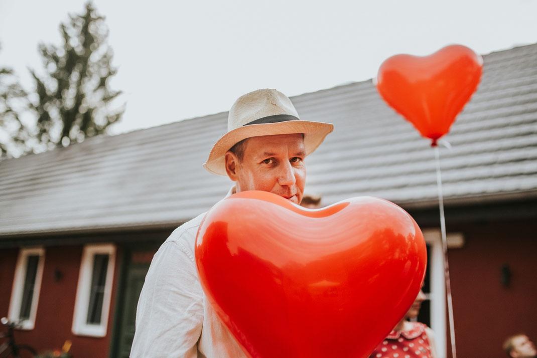 rote Herzluftballons Hochzeitsspiele Luftballon Freie Trauung Hochzeitsfotograf Berlin Spreewald Ferienhof Spreewaldromantik Hochzeitsreportage