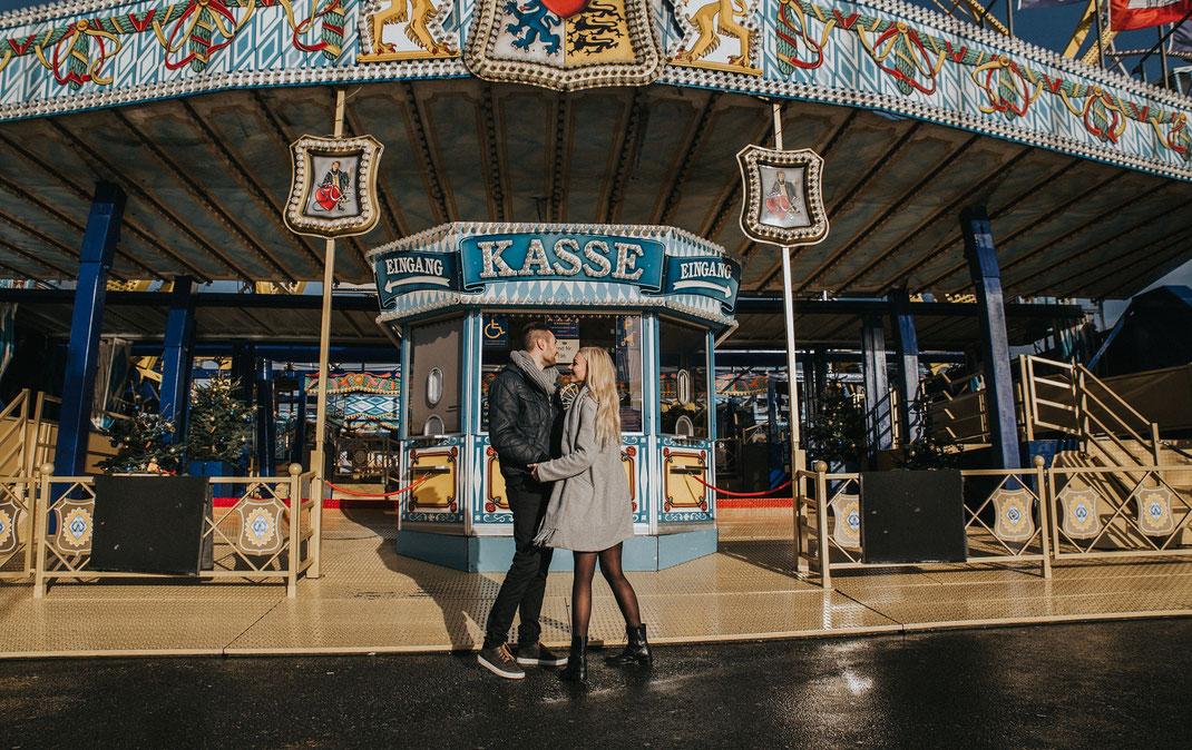 paarshooting auf dem hamburger dom couple shooting hamburg berlin fotografin bunte fahrgeschäfte riesenrad