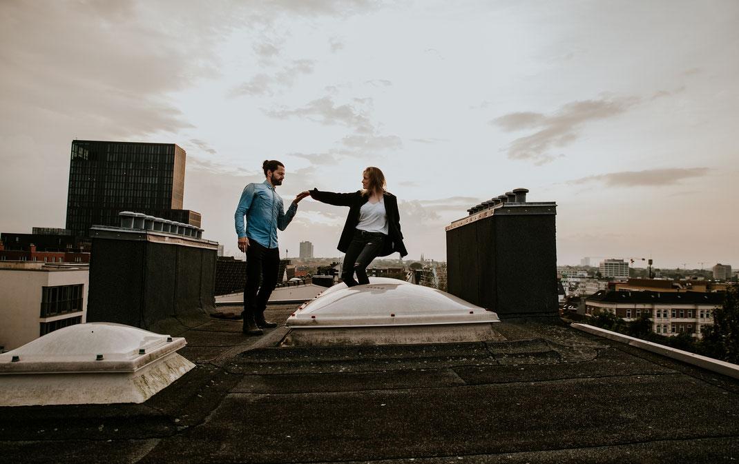 Maischa Erkan Schauspieler aus Hamburg - Paarshooting auf Dach Repperbahn Sonnenuntergang besondere Location Berlin Fotografin Hochzeitsfotograf Loveshooting Portraitshooting Storyteller Berlin