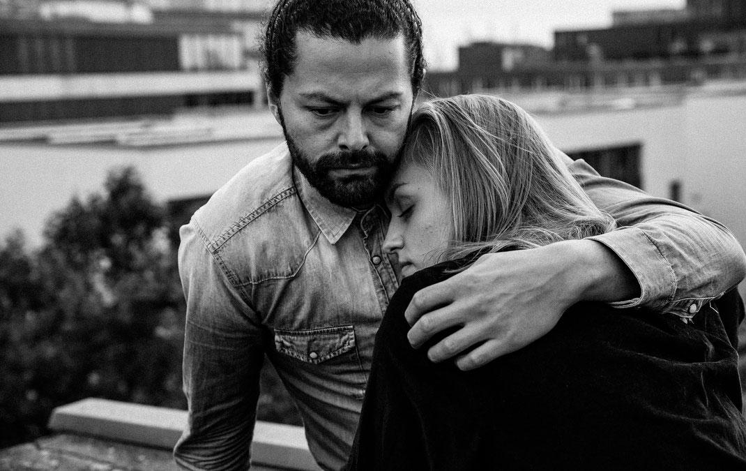 Maischa Erkan Schauspieler aus Hamburg - Paarshooting auf Dach Repperbahn besondere Location Berlin Fotografin Hochzeitsfotograf Loveshooting Portraitshooting