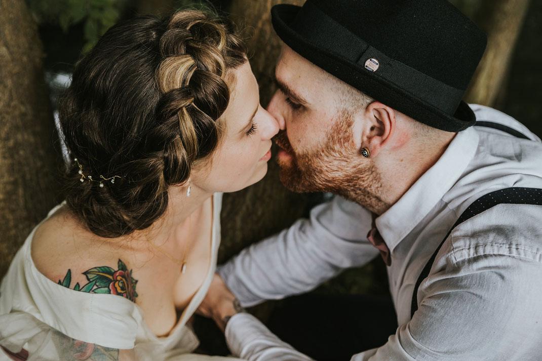 Paarshooting Freie Trauung Spreewald authentische Hochzeitsfotografin Berlin Couple Shooting outdoor draußen in Natur Spreewald Natürlichkeit Kuss