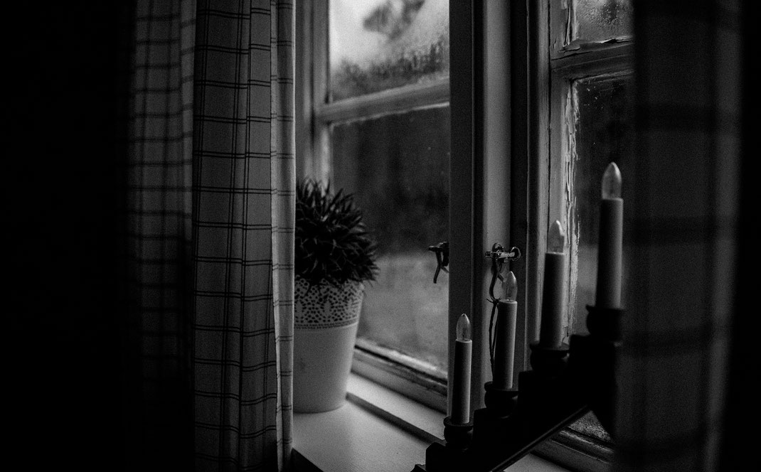 fensterbank im ferienhaus schwarz weiß skane suedschweden nadine kunath reise fotografie travelphotographer reisefotografin berlin