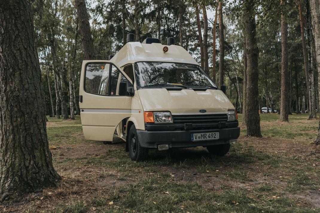 Rettungswagen Rudolph Bulli Umbau Ford Campingplatz Dierhagen Ostsee Waldcamping PaulCamper Mietcamper