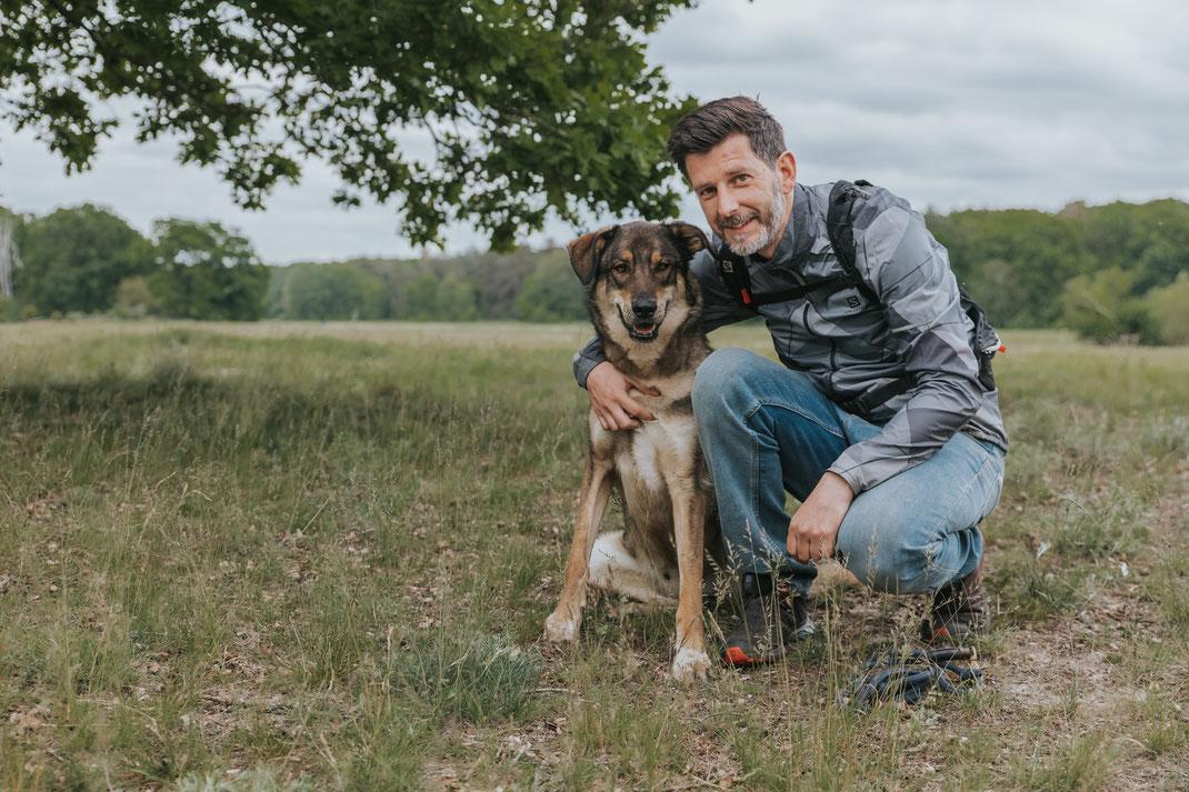 Portrait mit Mensch und Hund Erpetal Berlin Hoppegarten Gruppenbild Streunerhilfe Bulgarien e.V. Hundefotografie Berlin Tierfotograf Brandenburg authentische Reportage