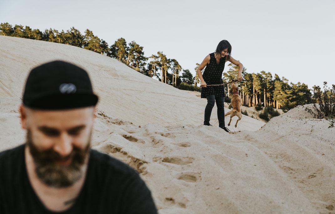 alternatives authentisches Paarshooting mit Hund in besonderer Location Berlin Brandenburg Fotografin Portraitshooting