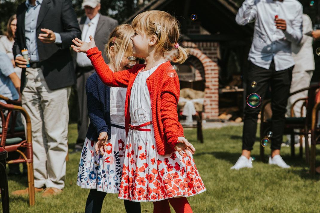 Kinder spielen Seifenblasen Freunde und Familie Freie Trauung Spreewald authentische Hochzeitsfotografin Berlin