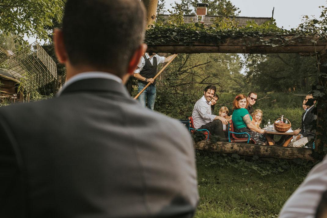 Grachtenfahrt Freunde Einwegkamera Freie Trauung Hochzeitsfotograf Berlin Spreewald Ferienhof Spreewaldromantik Hochzeitsreportage