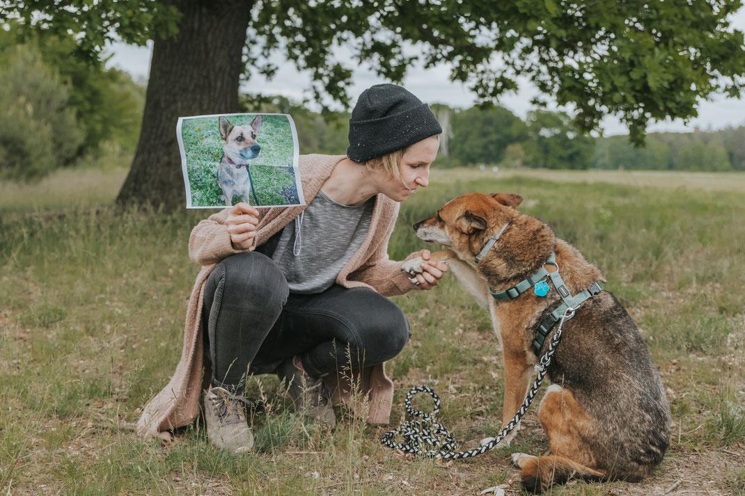 Portrait mit Mensch und Hund alter Hund aus Tierschutz Erpetal Berlin Hoppegarten Gruppenbild Streunerhilfe Bulgarien e.V. Hundefotografie Berlin Tierfotograf Brandenburg authentische Reportage