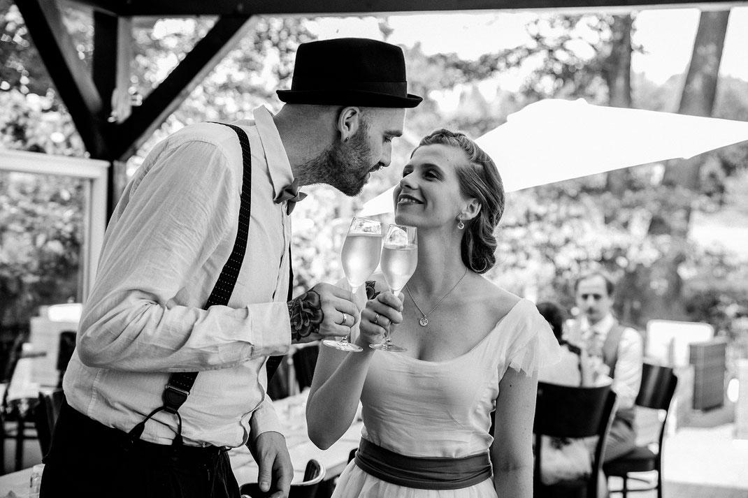 Danksagung Sektempfang Freunde und Familie Freie Trauung Spreewald authentische Hochzeitsfotografin Berlin