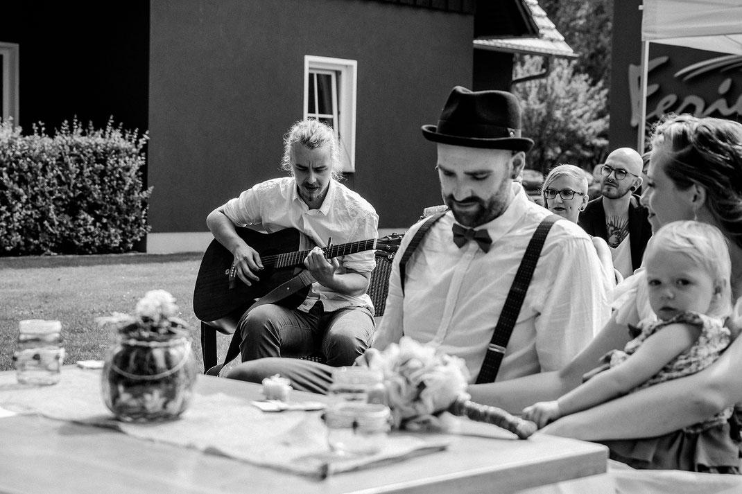 Akustikmusik mit Gitarre während der Trauung Freie Trauung Spreewald authentische Hochzeitsfotografin Berlin