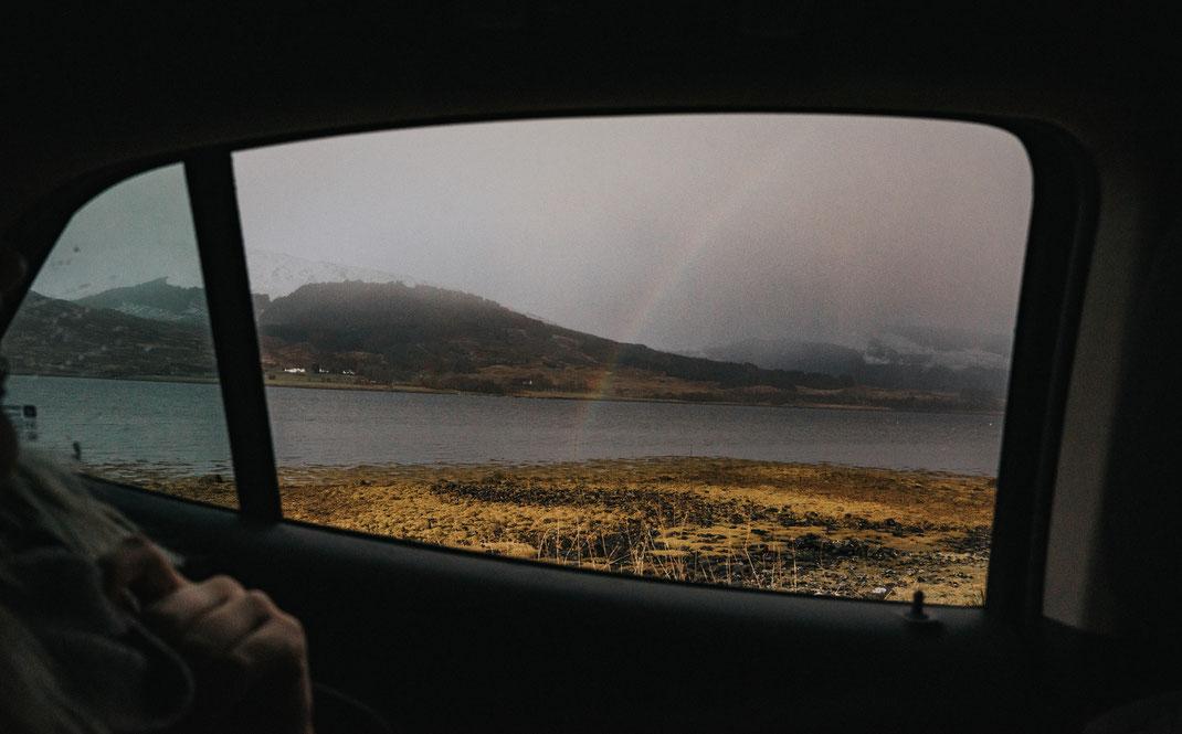 Kurz vor unserer zweiten Unterkunft, in der Nähe von Fort William, empfing uns wieder ein Regenbogen. Der Weg zu unserem Cottage war eine einspurige Straße - einheimische Kraftfahrer kamen uns in rasenten Tempo entgegen und liesen unseren Atem inne halten