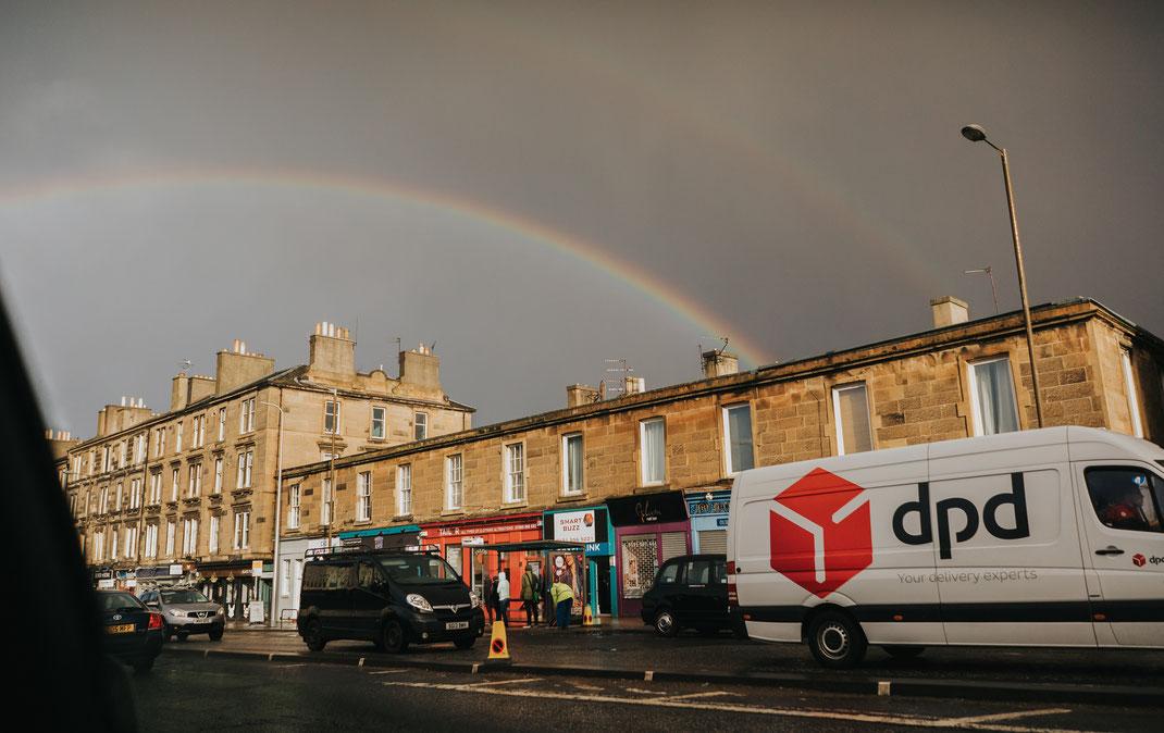 Unser erstes Ziel: Edinburgh. Ein pompöser Empfang mit grauen Wolken und Regenbogen.