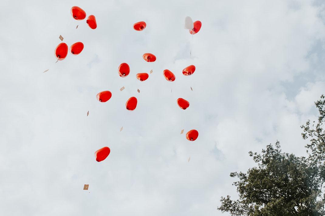 Herz Ballons steigen in den Himmel Hochzeitsspiele Luftballon Freie Trauung Hochzeitsfotograf Berlin Spreewald Ferienhof Spreewaldromantik Hochzeitsreportage