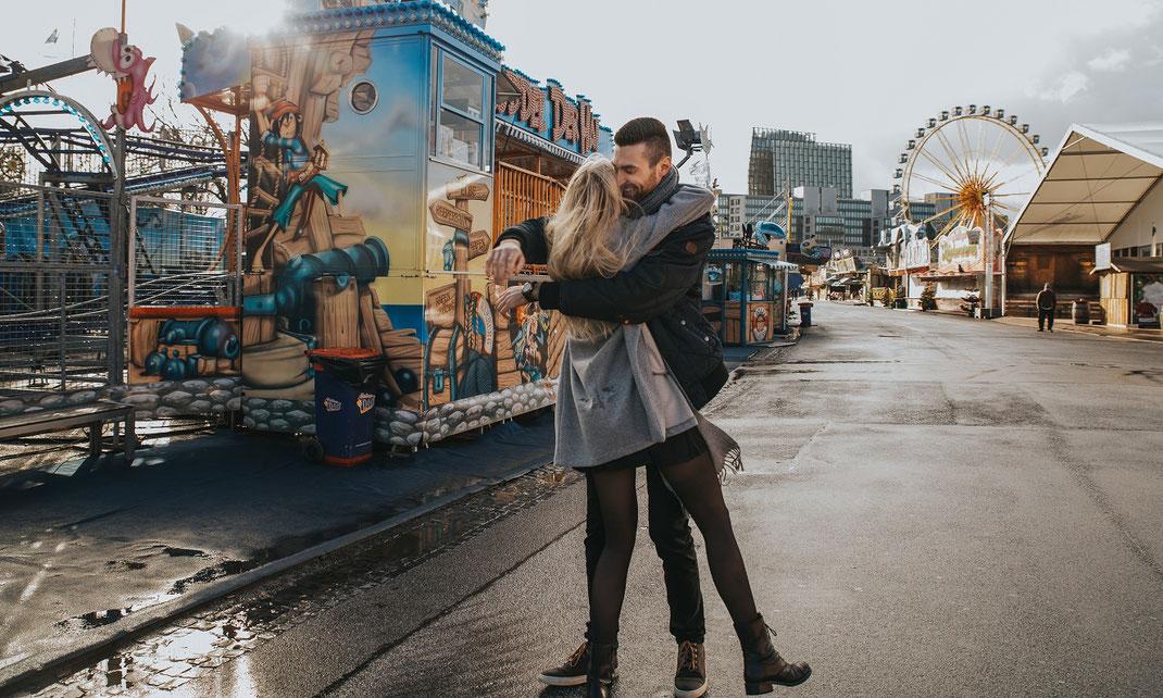 paarshooting  auf dem hamburger dom couple shooting hamburg berlin fotografin bunte fahrgeschäfte