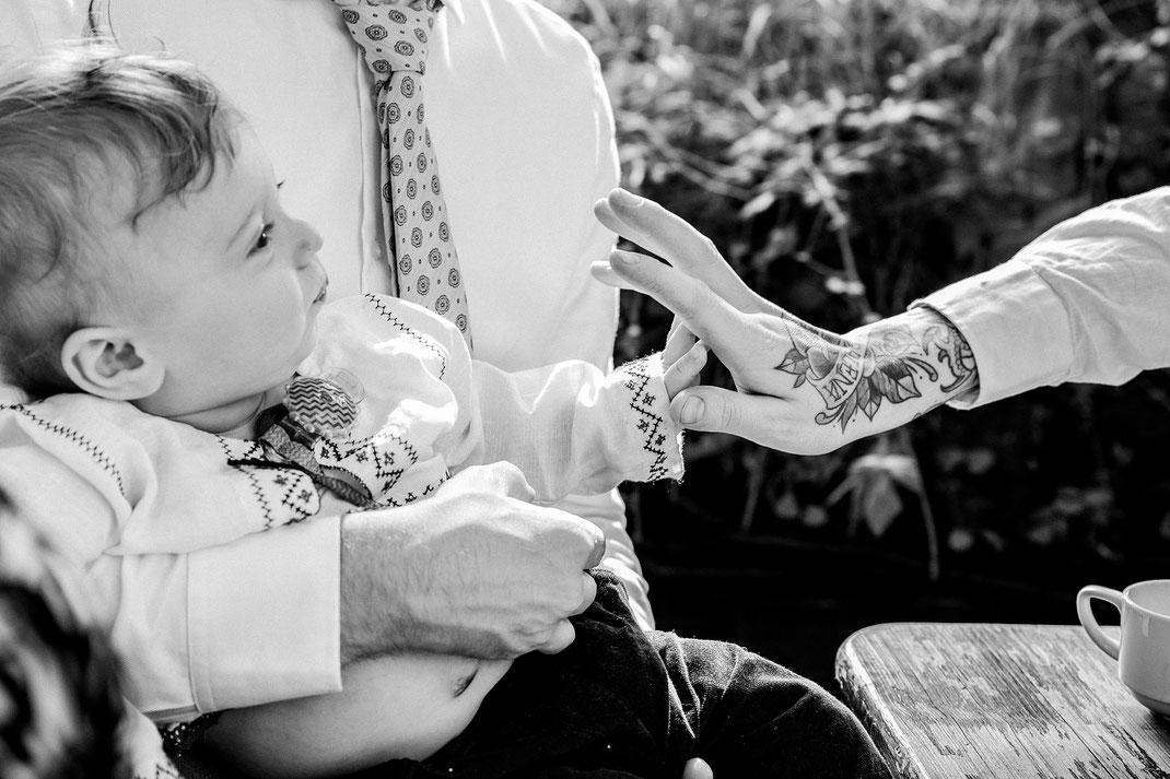 schwarz weiß Tattoos alternativ Grachtenfahrt Freunde Einwegkamera Freie Trauung Hochzeitsfotograf Berlin Spreewald Ferienhof Spreewaldromantik Hochzeitsreportage
