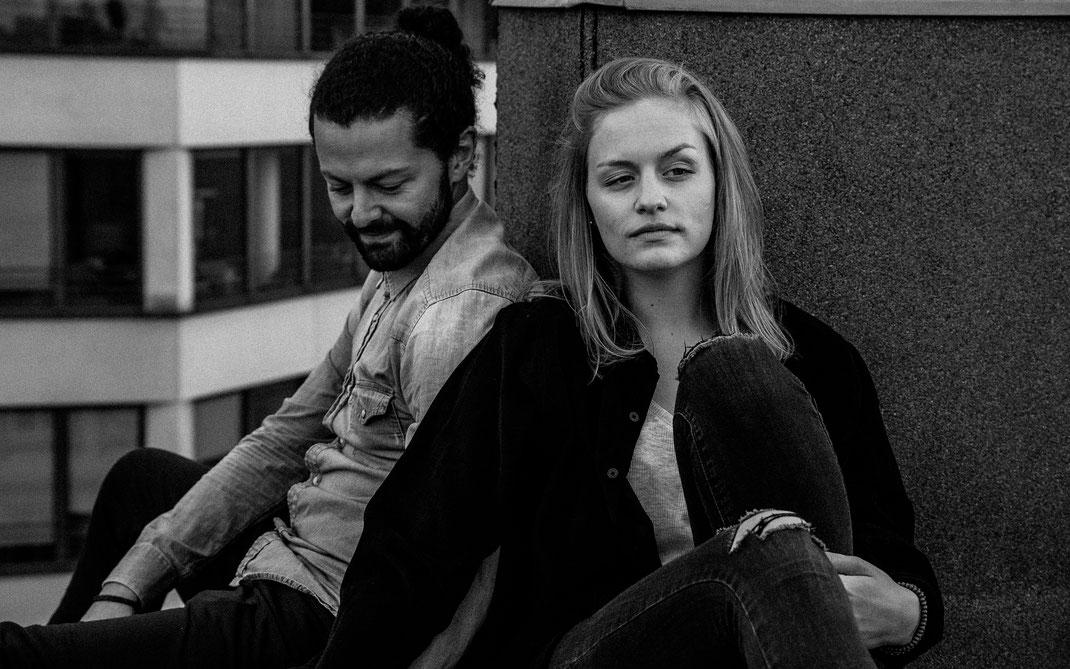 Maischa Erkan Schauspieler aus Hamburg - Paarshooting auf einem Dach