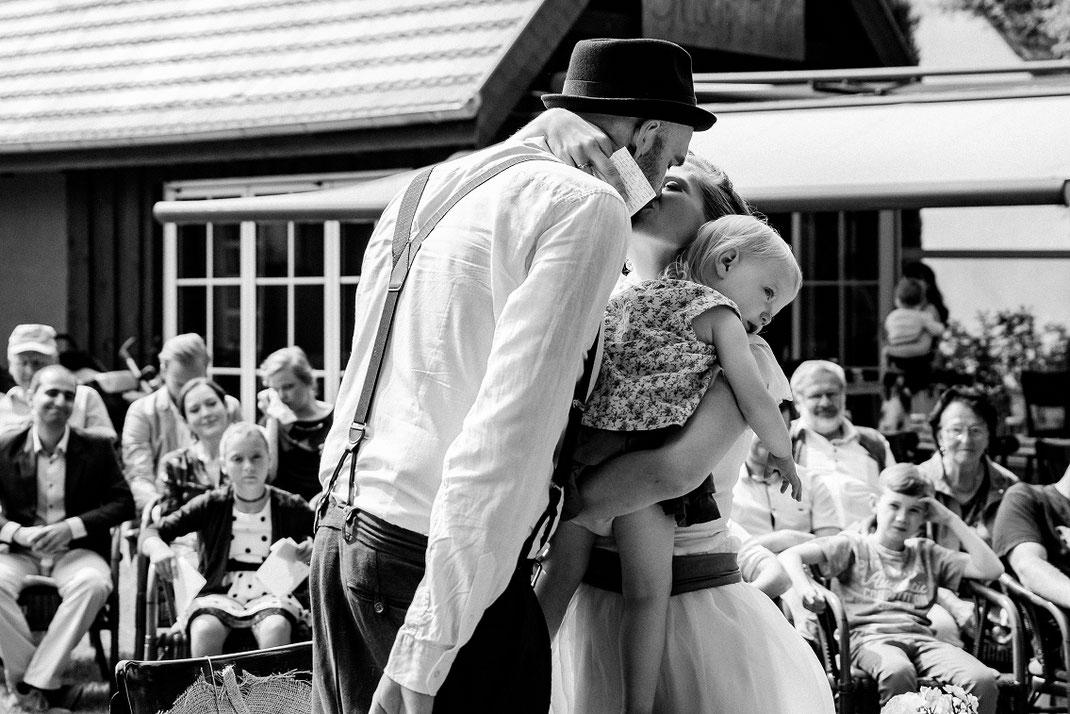 Kuss Trauungskuss Freie Trauung Spreewald authentische Hochzeitsfotografin Berlin