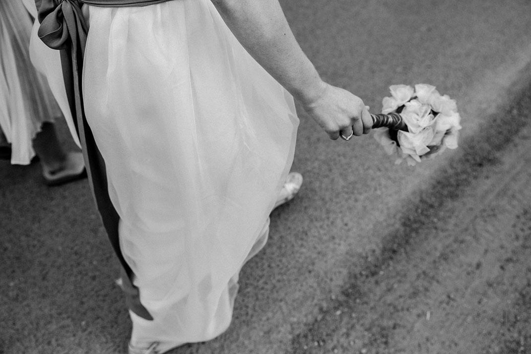 Braut läuft in Begleitung der mit Trauzeugin zur Zeremonie Freie Trauung Hochzeitsfotograf Berlin Spreewald