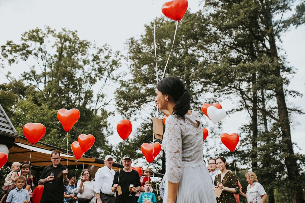 Gäste lassen Ballons aufsteigen Hochzeitsspiele Luftballon Freie Trauung Hochzeitsfotograf Berlin Spreewald Ferienhof Spreewaldromantik Hochzeitsreportage