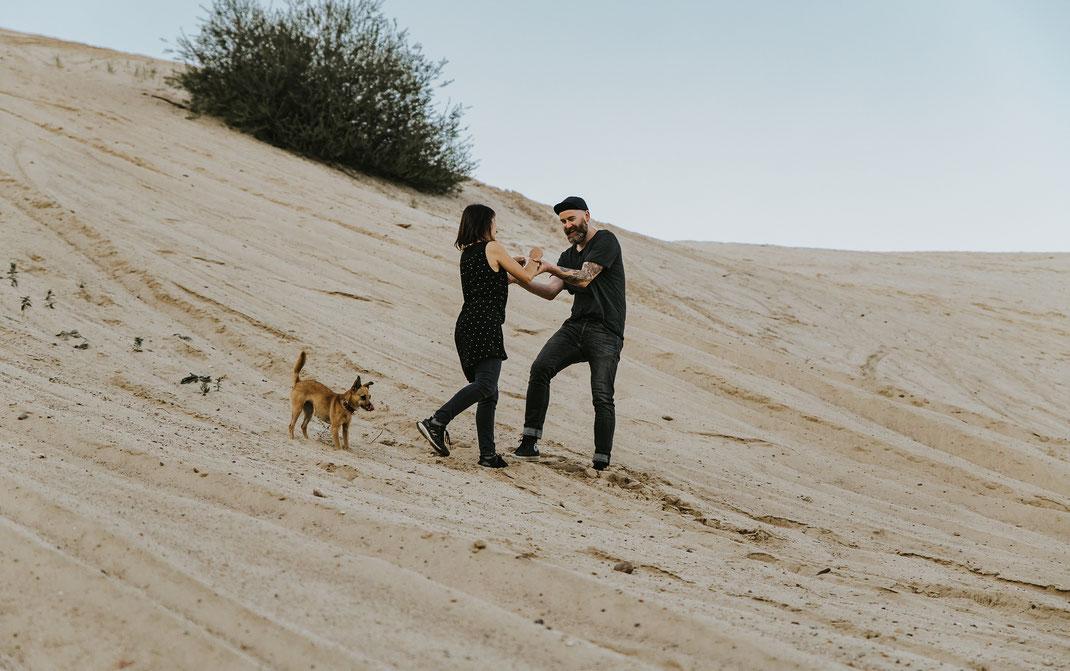 authentisches Paarshooting mit Hund in besonderer Location - Sandgrube Brandenburg Berlin Fotografin Schwangerschaftsshooting Hochzeitsfotografin Portraitshooting