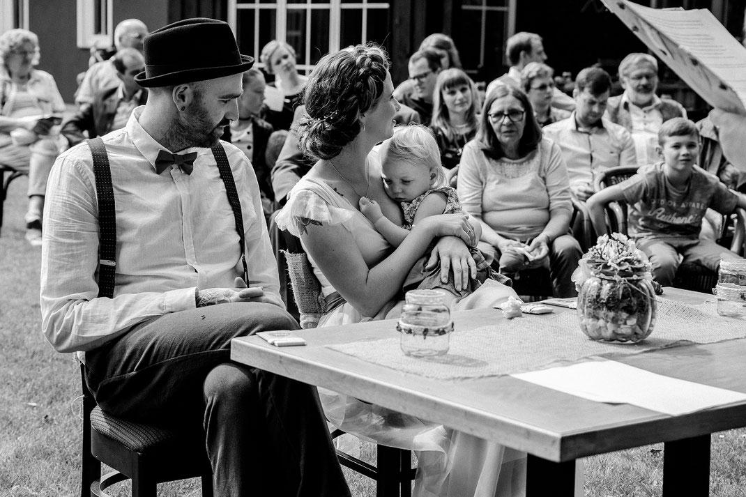 Freie Trauung Spreewald authentische Hochzeitsfotografin Berlin glückselige Familie