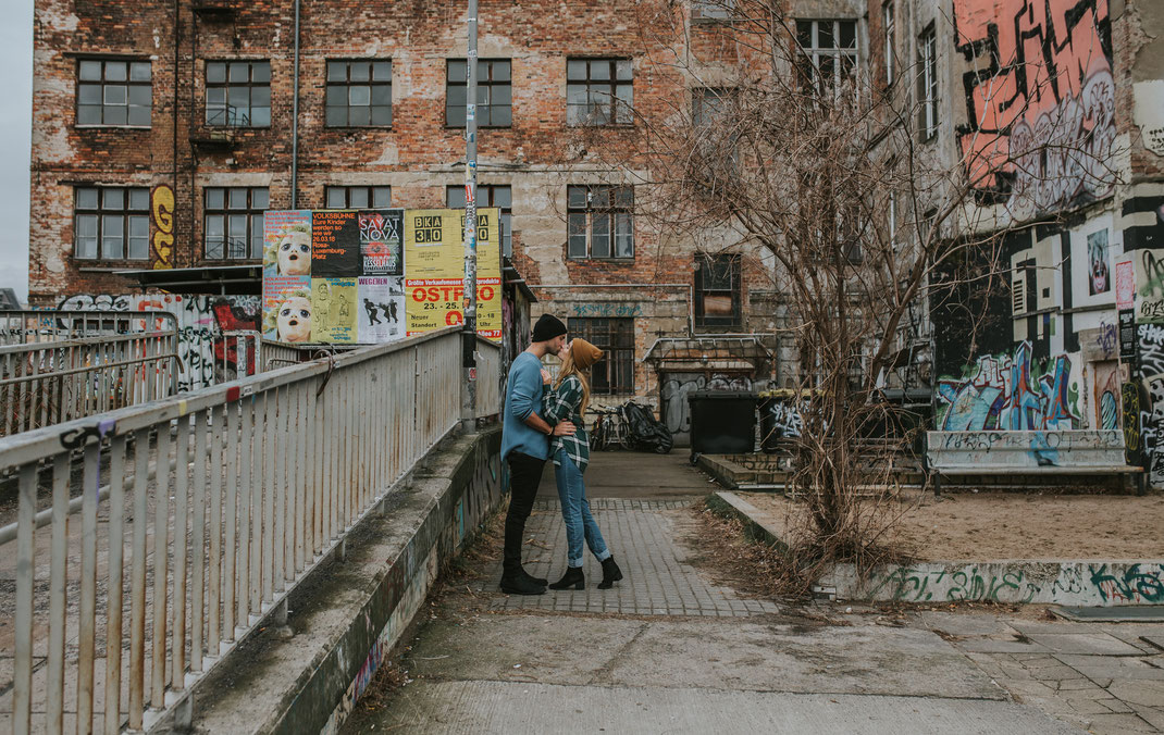 alternatives Paarshooting Berlin Prenzlauer Berg verliebtes Paar aus Australien Coupleshooting Liebesbilder Portraitshooting Hochzeitsfotograf