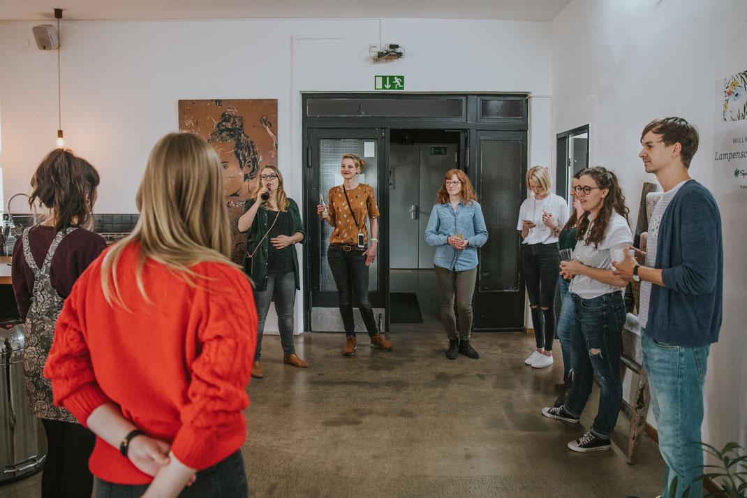 Begrüßung DIY Blogger Berlin Deutschland Bloggerworkshop DIY-Lampenschirm mit Mehrschein Etsy und Spoonflower Berlin Social Media Content Creation Influencer Event  Nadine Kunath Storytelling Fotograf Content Creator Brandenburg