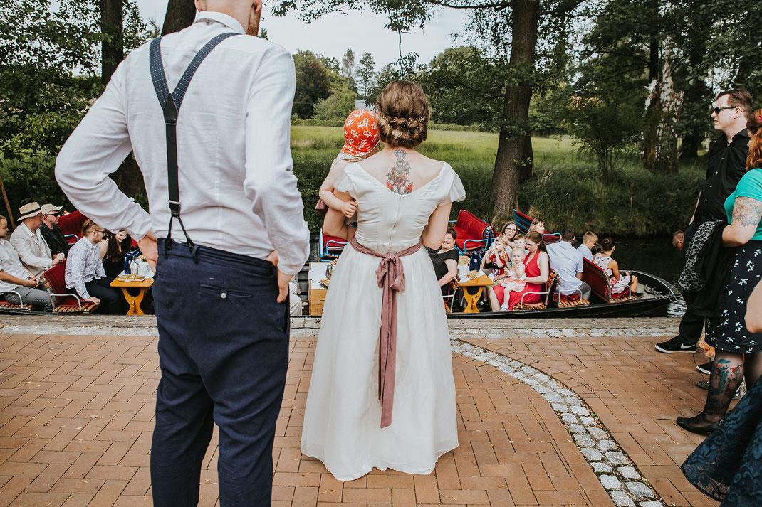 Grachtenfahrt Hochzeitskleid selbstgeschneidert Freie Trauung Hochzeitsfotograf Berlin Spreewald Ferienhof Spreewaldromantik Hochzeitsreportage