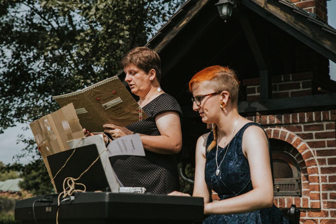 Freie Trauung Spreewald authentische Hochzeitsfotografin Berlin Zeremonie von Mutter abgehalten