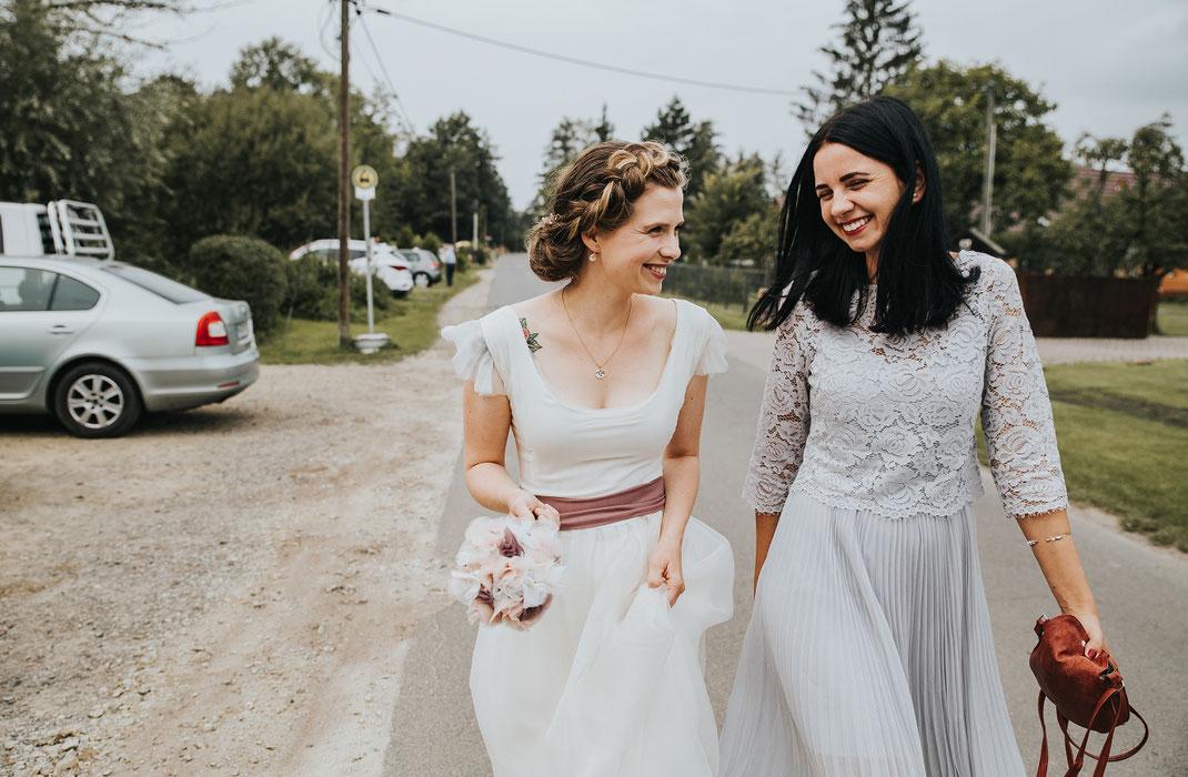 Freudiger Lauf zur Zeremonie Braut mit Brautzeugin Freie Trauung Hochzeitsfotograf Berlin Spreewald