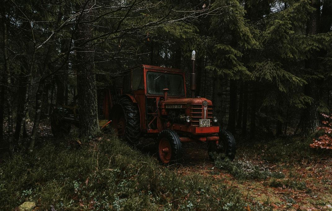 Traktor im Wald skane suedschweden nadine kunath reise fotografie travelphotographer reisefotografin berlin