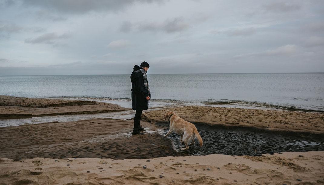 Selbstportrait Stenshuvud National Park mit Hund skane suedschweden nadine kunath reise fotografie travelphotographer reisefotografin berlin