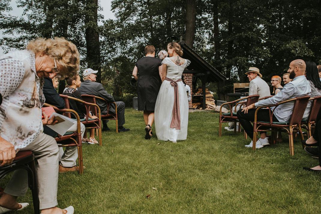 Brautmutter Gang zum Altag zwischen den Gästen Freie Trauung Spreewald Hochzeitsfotografin Berlin