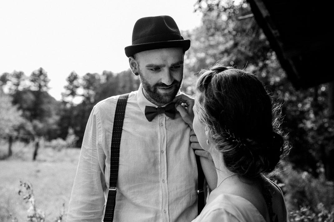 Paarshooting schwarz weiß Freie Trauung Spreewald authentische Hochzeitsfotografin Berlin Couple Shooting